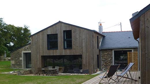 Transformation de bâtiments agricoles en maison familiale (Vue du jardin sur la façade) - ADA ARCHITECTURE - Architecture & Design