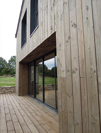 Transformation de bâtiments agricoles en maison familiale (bardage bois externe) - ADA ARCHITECTURE - Architecture & Design