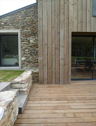 Transformation de bâtiments agricoles en maison familiale (Terrasse bois et pierre) - ADA ARCHITECTURE - Architecture & Design